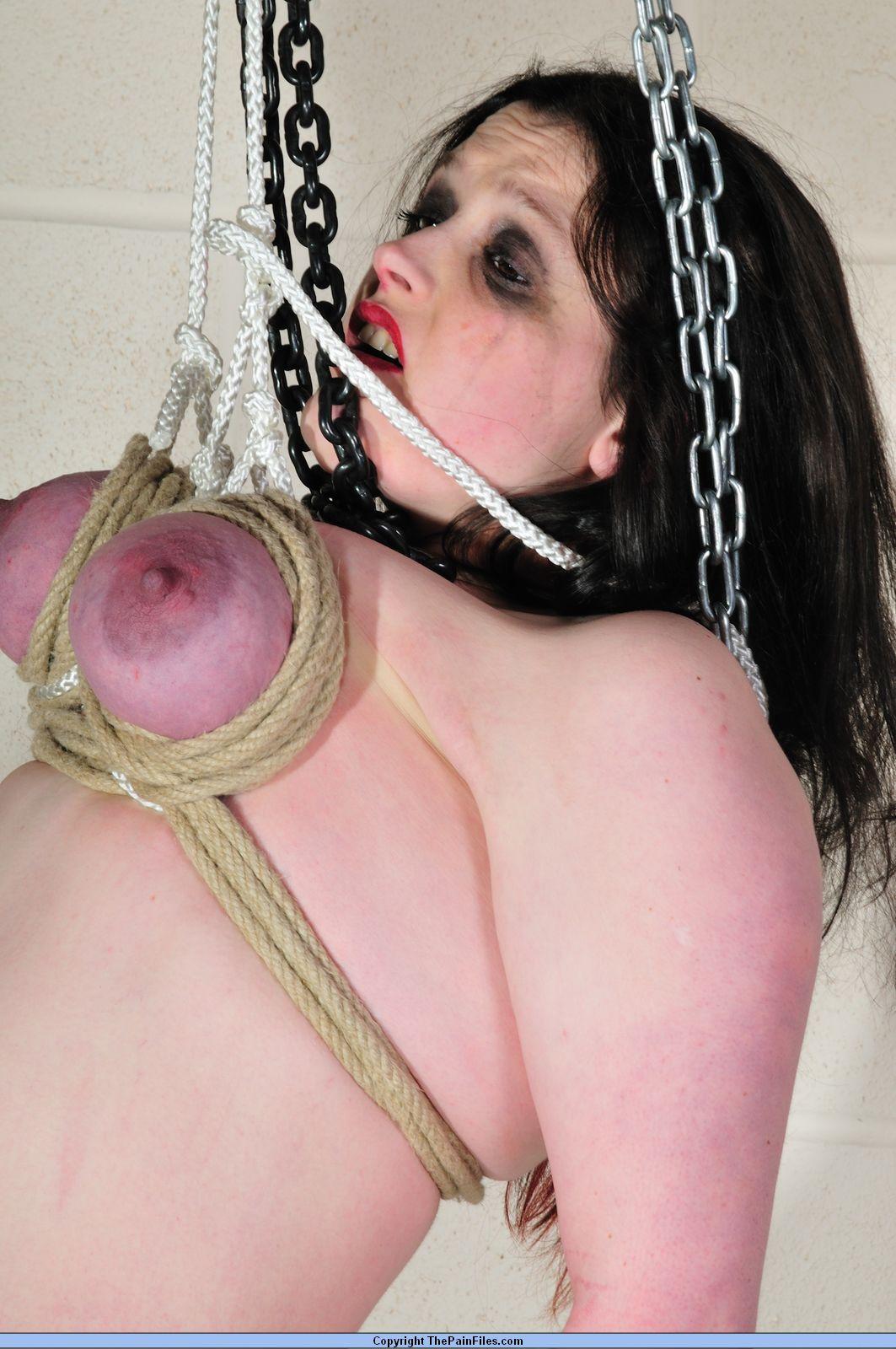Порно подвесили за грудь