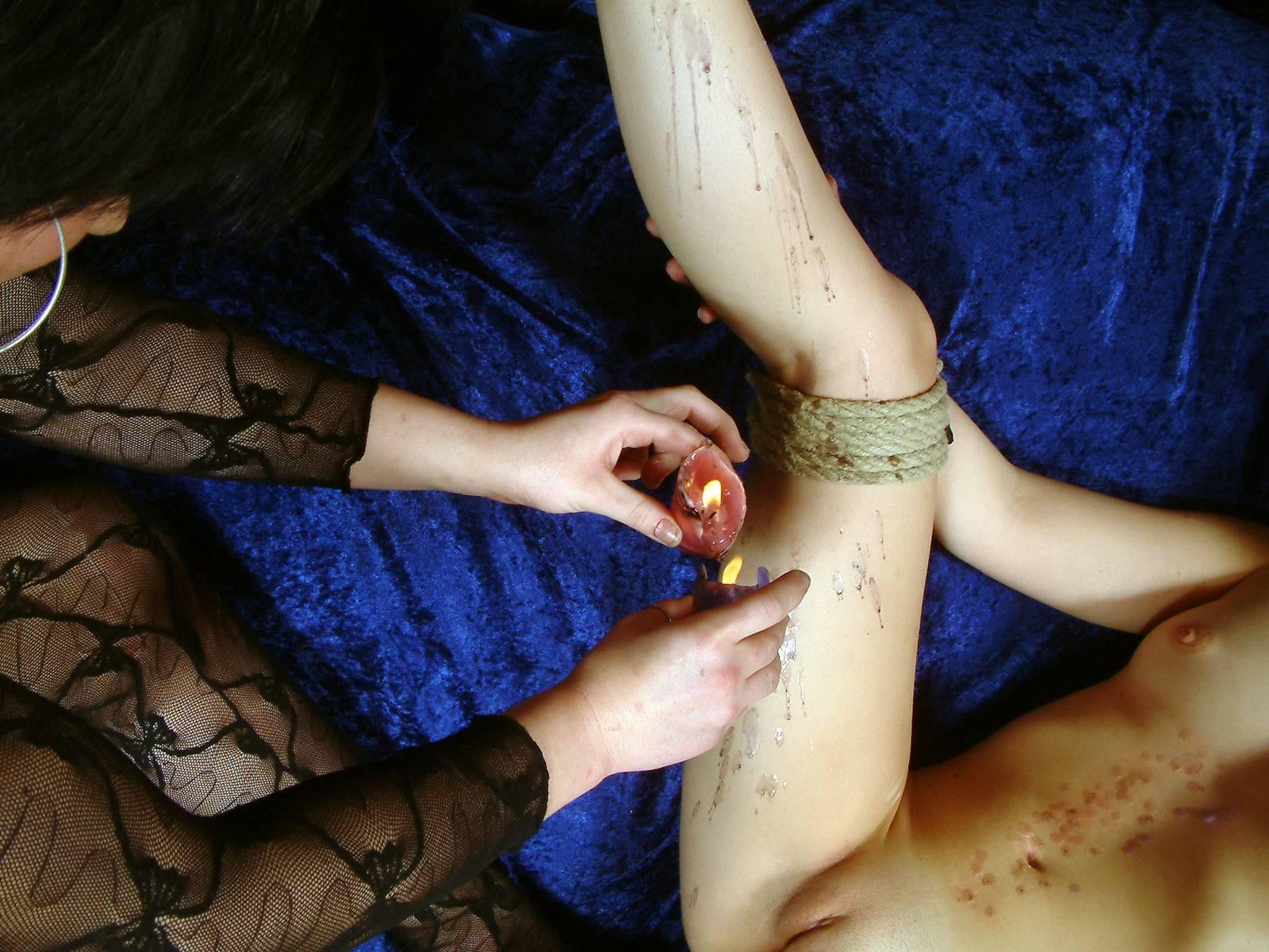 Русская девушка издеваться над подругой, Русская девушка сосет троим партнерам и трахается 14 фотография