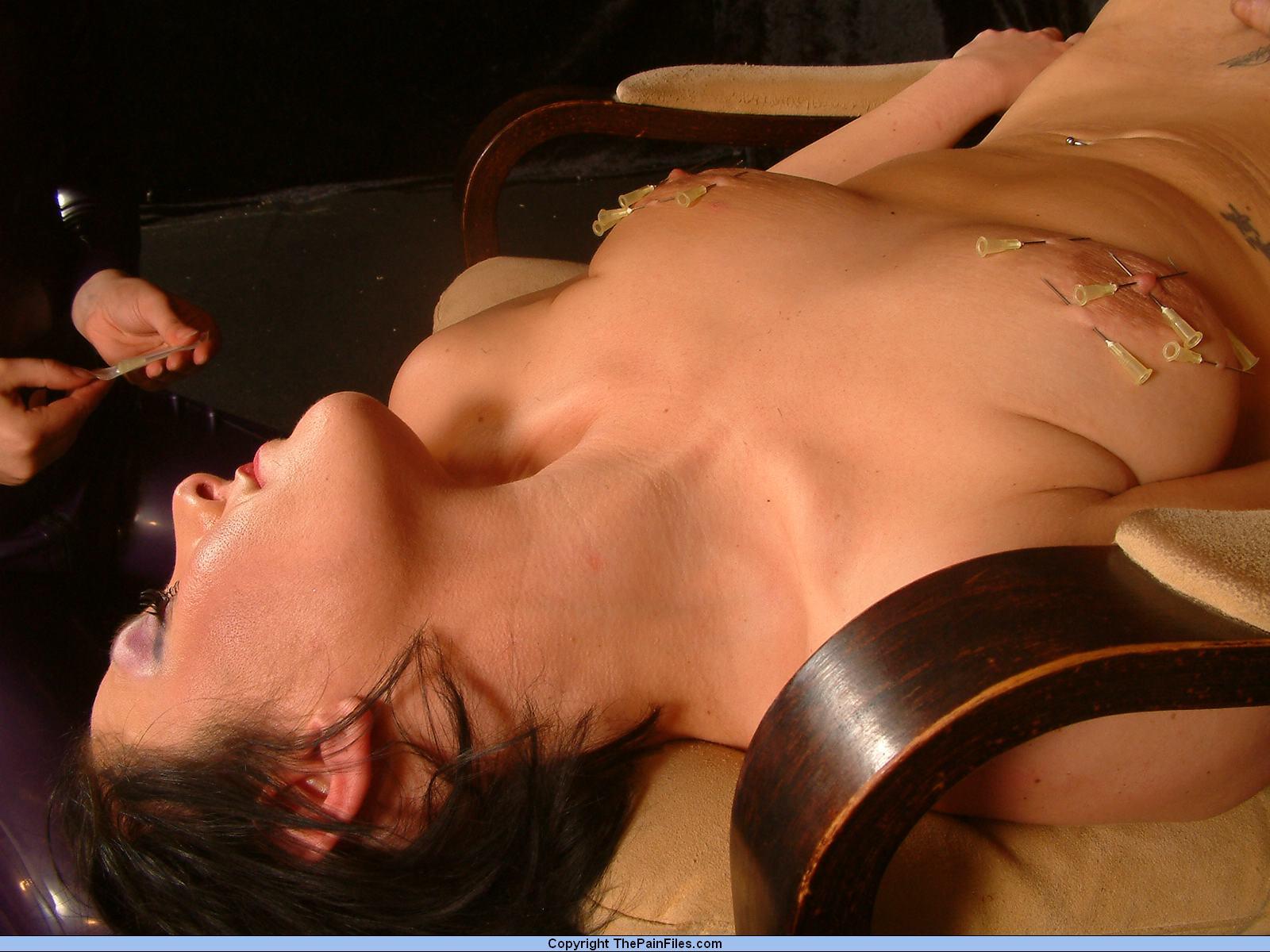 Прокалывание груди иголками спицами порно онлайн